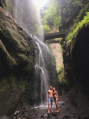 Prachtige waterval om doorheen te lopen
