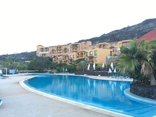 Het hotel met grote zwembad op het eiland